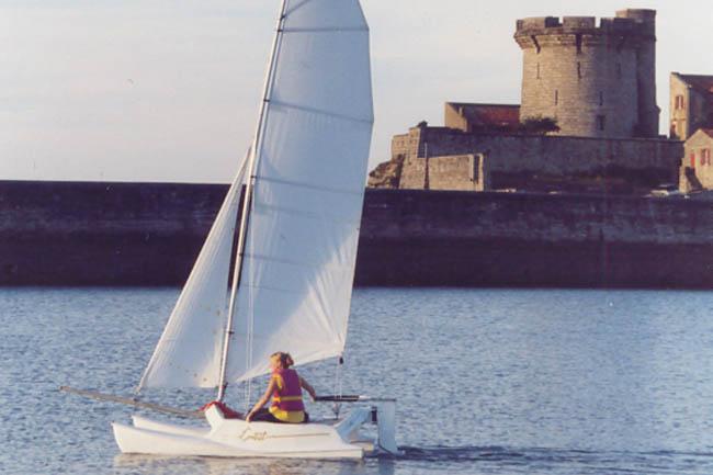 dorguloff lance le 1er catamaran compact course au large. Black Bedroom Furniture Sets. Home Design Ideas