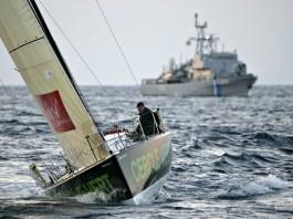 Gildas Morvan avec navire escorteur de la marine Grèque
