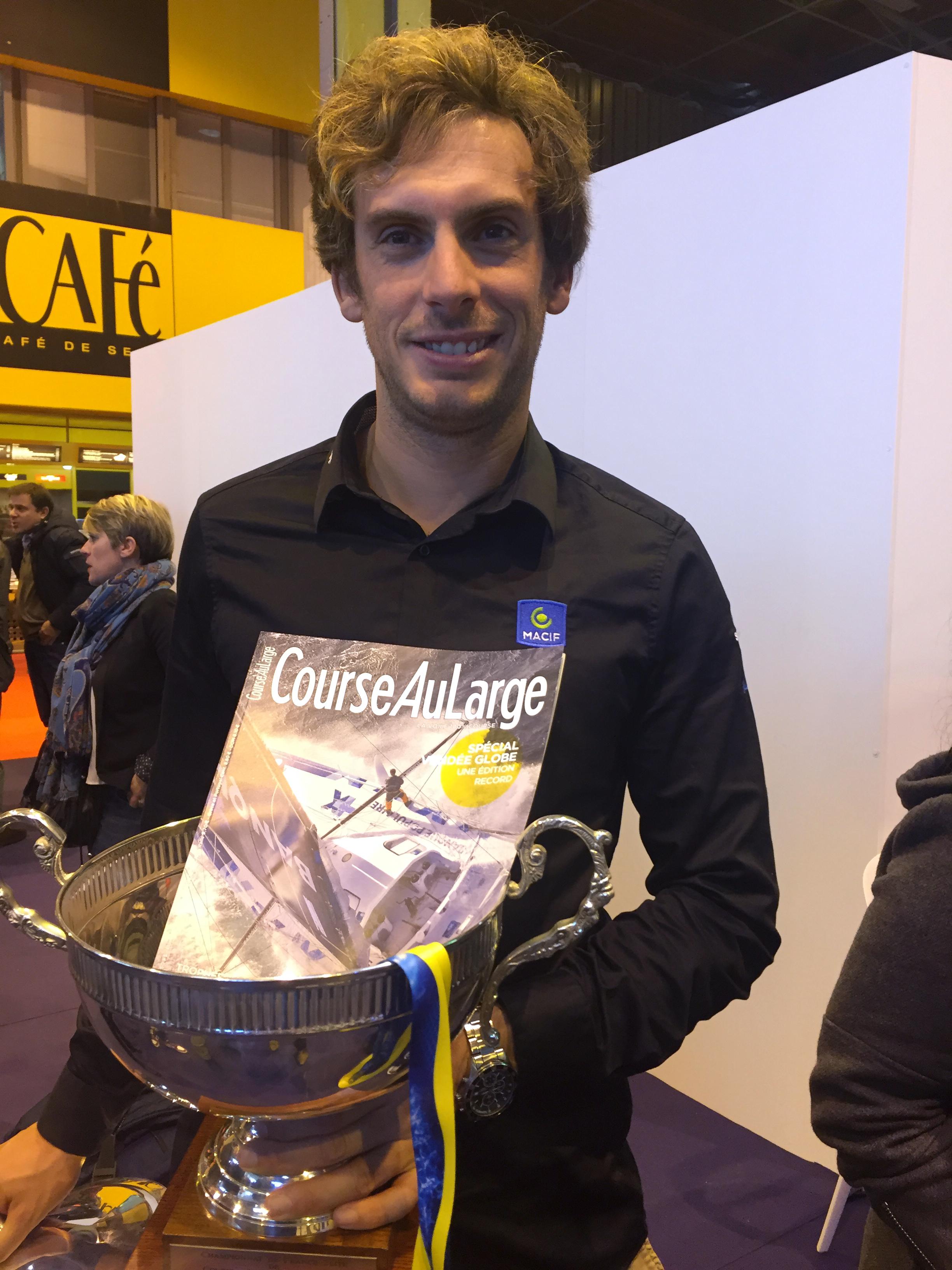 Charlie Dalin a reçu son trophée de champion de France de course au large en solitaire ce samedi au Salon Nautique de Paris.